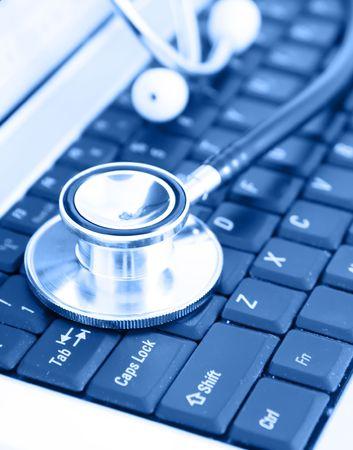 Close-up of stethoscope on laptop keyboard 免版税图像