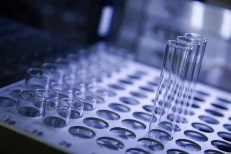 Rack van reageerbuizen wachten te worden geanalyseerd. Ondiepe scherptediepte, paarse kleur, focus, op de eerste rij van de korte buizen