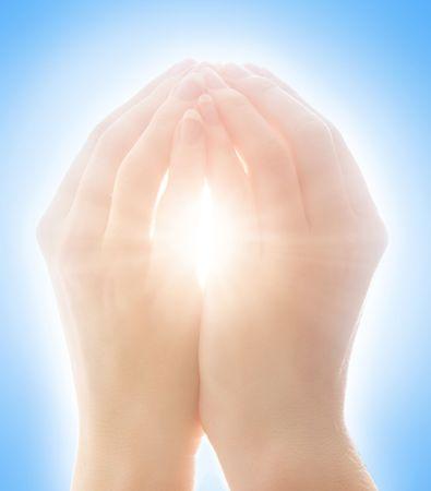 Mujer de las manos de la captura de la luz solar contra el cielo azul claro  Foto de archivo - 2284028