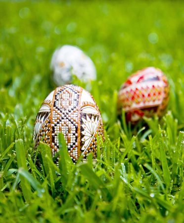 dewey: Dipinta a mano, le uova tradizionali dalla Romania, sull'erba mattina Dewey. Shallow depth of field. Incensurate per abbondanza di copyspace Archivio Fotografico