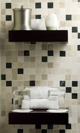 produits de beaut�: Plateau avec des produits de beaut� dans un spa ou chambre d'h�tes. La lumi�re ambiante