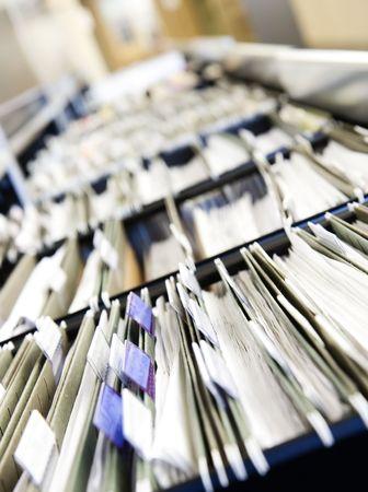 cajones: Varias filas de archivadores en una oficina o establecimiento m�dico, desbordado de expedientes. Estrecha profundidad de campo para destacar la