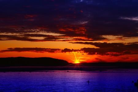 brilliant colors: Brillantes colores de la puesta de sol sobre el oc�ano despu�s de una tormenta de verano
