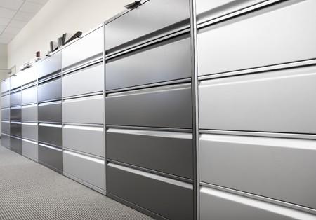 cassettiera: Lunga fila di grandi armadi di deposito in un ufficio o in ospedale Archivio Fotografico