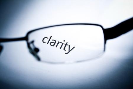 """Woord """"duidelijkheid"""" vanuit een bril. Stockfoto"""