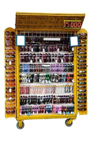 spuria: Hawker negozio che vende a buon mercato gli occhiali da sole contraffatti nei pressi di una spiaggia.
