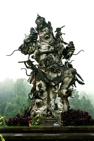 Kumbakarna Laga standbeeld in Eka Karya botanische tuin, Bedugul, Bali, Indonesië. Het beeld storytells een Hindoe literatuur over de strijd tussen Kumbhakarna en de aap leger onder leiding van Rama.