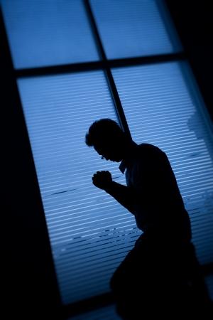 hombre orando: Oraci�n Foto de archivo