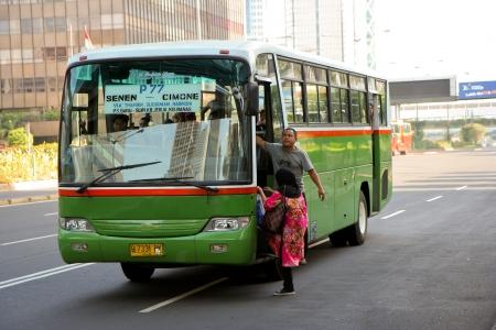 commonplace: Thamrin Street, Jakarta, 21 settembre 2009. Un autobus che si ferma in mezzo alla strada per prendere un passeggero, una pratica comune per le strade di Jakarta, dove la legge e l'ordine sono solo seguito quando c'� poliziotti in giro. Questa foto � stata scattata a Editoriali