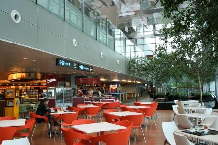 Een van de vele eetruimte in de internationale luchthaven Changi, Singapore.