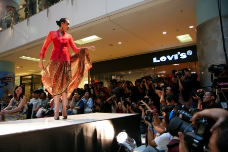 levi: Jakarta, November 8, 2009. Model posing with kebaya traditional dress in a small fashion show orchestrated by Jak-Art 2009 at Grand Indonesia Mal.