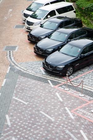 Premium ongemarkeerde taxi's opgesteld voor luxe hotel. Redactioneel