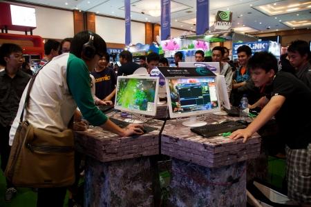 Jakarta, Indonesië, 8 september 2013: Verschillende bezoekers videospelletjes spelen op één van de tribunes bij Indo Game Show 2013 evenement in Jakarta Convention Center, Jakarta, Indonesië.