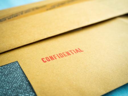 """datos personales: """"Confidencial"""" impreso en el sobre marr�n de la vendimia, en el macro"""
