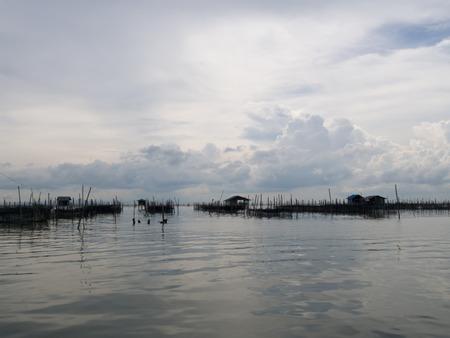 fischerei: Homestay und schwimmenden Korb in See bei Kohyo, Songkhla, Thailand mit sch�nen Himmel und Wolken. Das ist traditionelle Fischwirtschaftsgebiet.