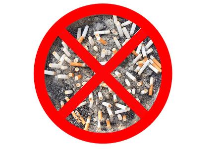 Geen sigaret tabak teken. Peuken in de asbak geïsoleerd in een witte achtergrond. Het concept van de Werelddag Zonder Tabak in mei 31, stoppen met roken, rook niet, stoppen met roken, de bescherming van uw gezondheid en andere.