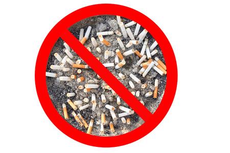 Geen sigaret tabak teken. Peuken in de asbak geïsoleerd in een witte achtergrond. Het concept van de Werelddag Zonder Tabak in mei 31, stoppen met roken, rook niet, stoppen met roken, de bescherming van uw gezondheid en andere. Stockfoto