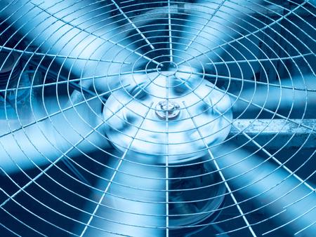 Tonalità blu di lame di ventilazione HVAC (riscaldamento, ventilazione e aria condizionata) / Primo piano del ventilatore / Ventola di ventilazione industriale / Ventilatore di ventilazione / sistema di ventilazione del condizionatore d'aria