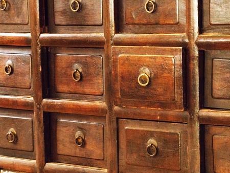 Vecchi cassetti in legno d'epoca. Retro stile di armadietto in legno. Archivio Fotografico