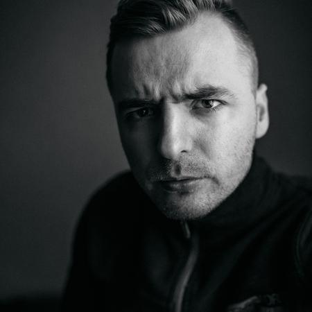 portrait de jeune homme en colère