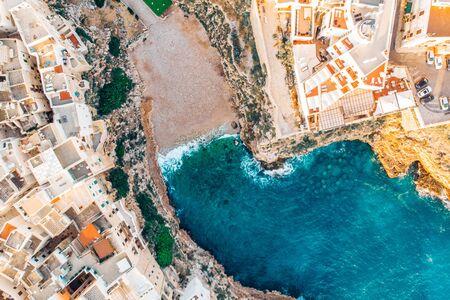 Vue de dessus de la plage de Polignano a Mare le jour d'été sans personnes Banque d'images