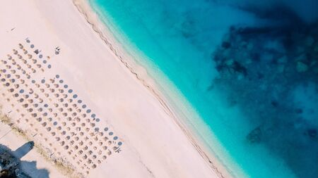 Aerial top down view of Myrtos beach on summer day, Greece Banque d'images - 133676342