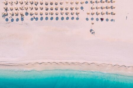 Aerial top down view of Myrtos beach on summer day, Greece Banque d'images - 133676343