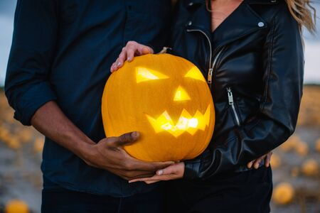 Couple holding scary face pumpkin, close-up, concept halloween Banque d'images - 133677274
