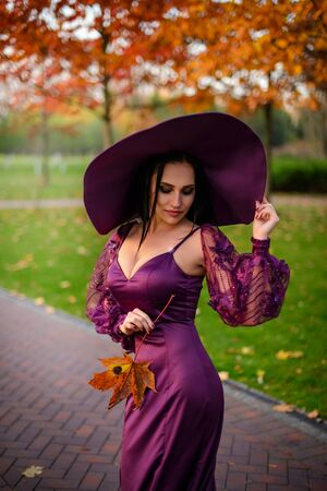 Portrait of woman in vintage dress and hat Banque d'images - 133678412