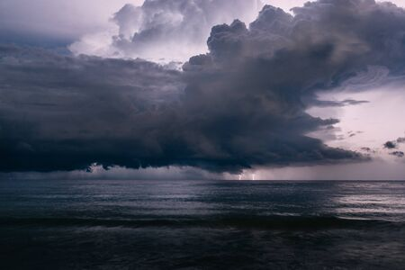 flash of lightning in night sky over sea, storm Banque d'images - 133678555