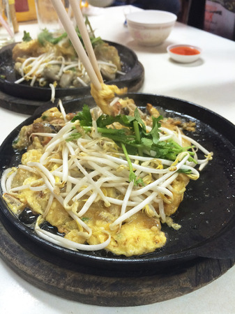 Crispy Oyster Omelette Served on Hot Pan, Chinese Food in Thailand – Image Stok Fotoğraf