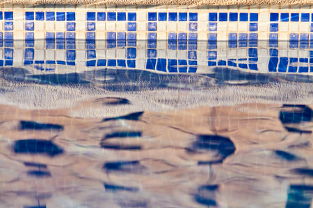 poolside with clear blue water Imagens