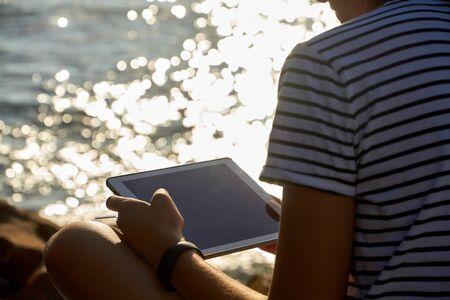 girl reading on a mobile tablet Imagens