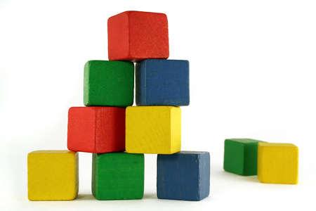 カラフルな子供の木製ブロックから構築