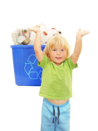 papelera de reciclaje: jard�n de infancia feliz al lado de una chica v�tores papelera de reciclaje despu�s de terminar su proyecto ecol�gico