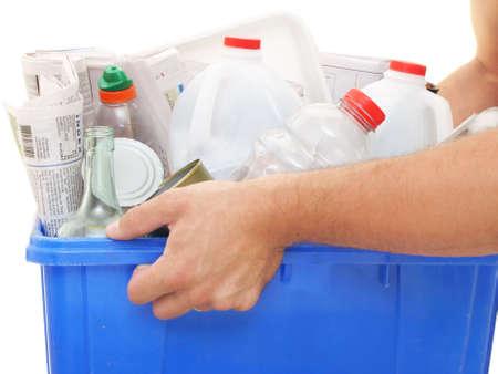 papelera de reciclaje: estrecha vista de los hombres manos la celebraci�n de una papelera de reciclaje llena de materiales reciclables