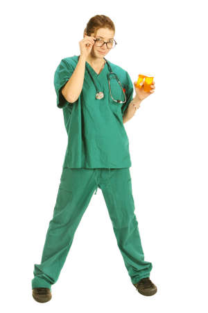 full body shot: tiro de todo el cuerpo de una joven enfermera en verdes scrubs aislados en blanco