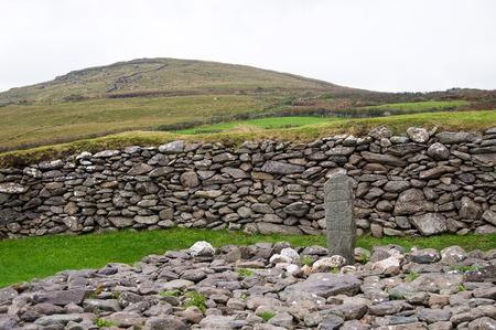 oratoria: Una vieja cruz tallada en la piedra cerca de Gallarus Oratorio en Irlanda Co. Kerry. Paleocristiana.