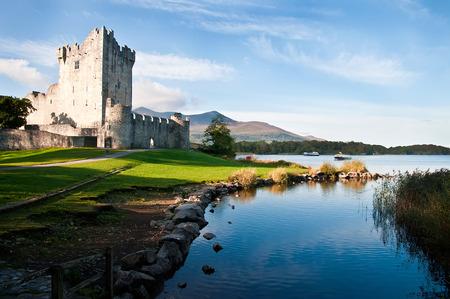 castillos: Ross castillo Caislen un Rois en el borde del lago Leane en el Parque Nacional de Killarney Condado de Kerry Irlanda