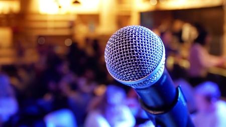 Mikrofon auf dem Hintergrund von Menschen mit verschwommenem Bokeh