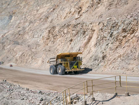 camion minero: Carro de mina pesada en la m�a y la conducci�n a lo largo