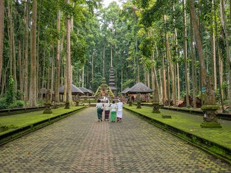 インドネシア ・ バリ島ウブドの神聖なモンキー フォレスト サンクチュアリ 写真素材