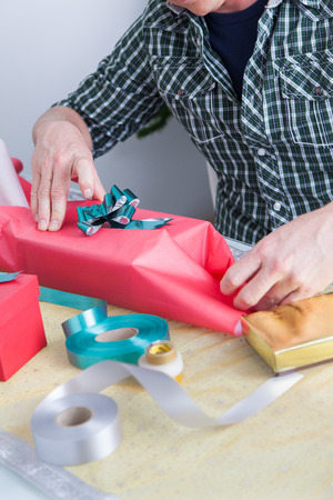 35 40 years old: Man preparing gift