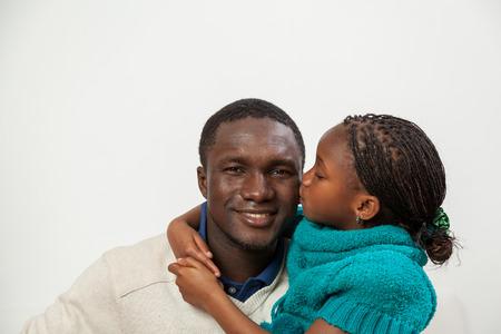 famille africaine: Fille embrassant son père Banque d'images