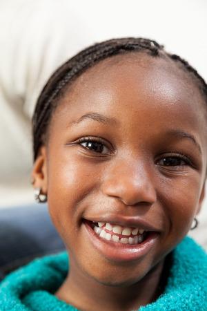 fille noire: Portrait de jeune fille souriante noir