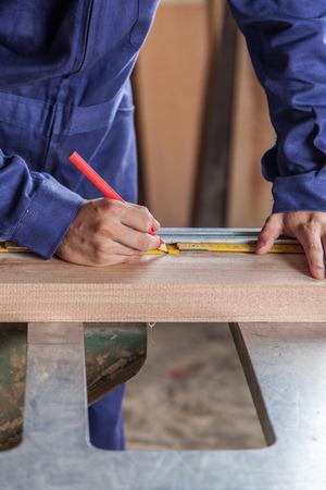 operaia: Carpenter working
