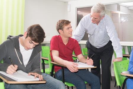 adolescentes estudiando: Adolescentes que estudian