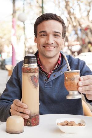 mate: Man drinking mate