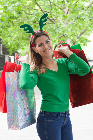 Woman shopping for christmas Banque d'images