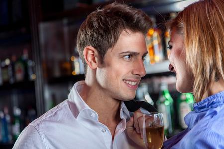 haciendo el amor: El hombre joven mira a su novia